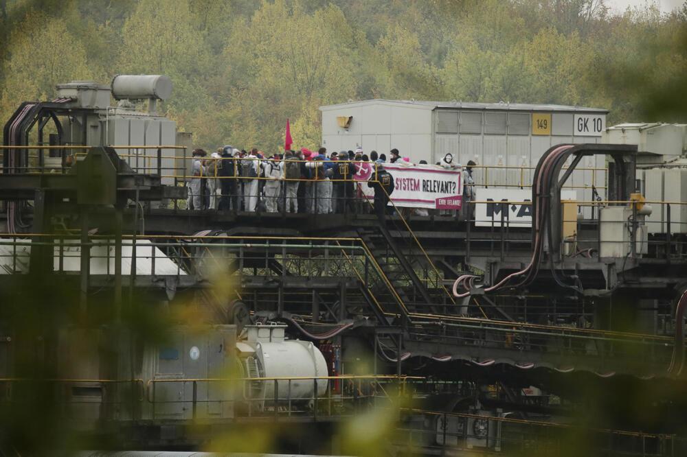 NJEMAČKA VLADA PLANIRA PROŠIRENJE, A ONI TRAŽE ZATVARANJE! Stotine demonstranata protiv upotrebe uglja provalilo u rudnik u Njemačkoj