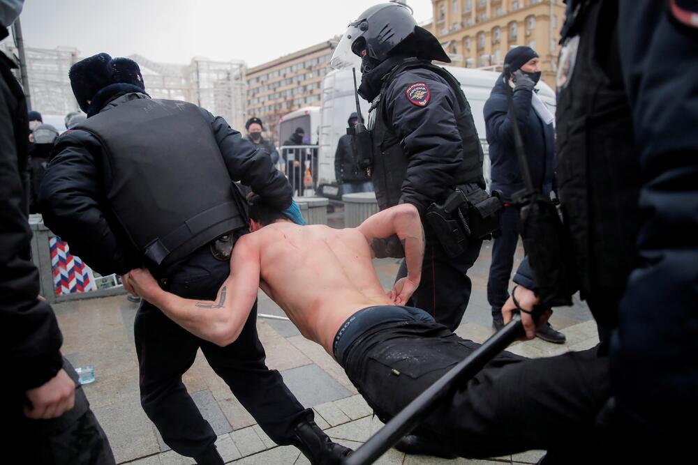U Moskvi je privedeno skoro hiljadu osoba