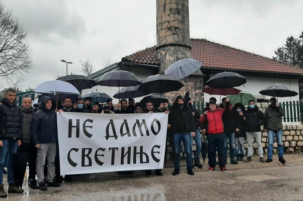 Pravoslavni vjernici ispred džamije, Foto: Svetlana Mandić