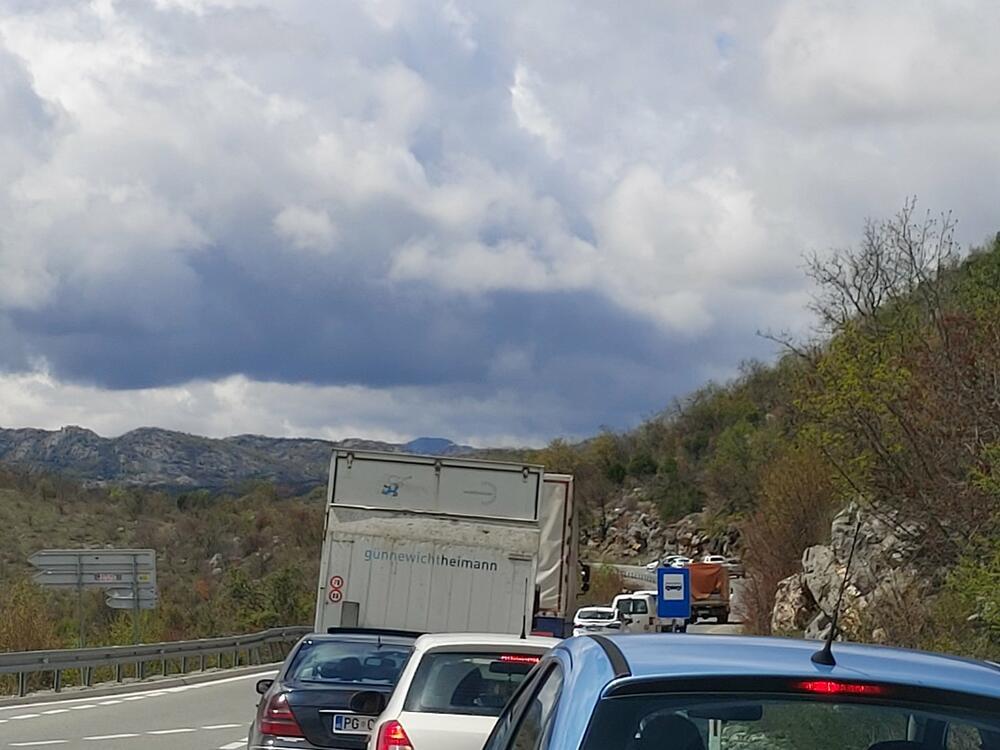 Sudar putničkog vozila i automobila, jedna osoba stradala