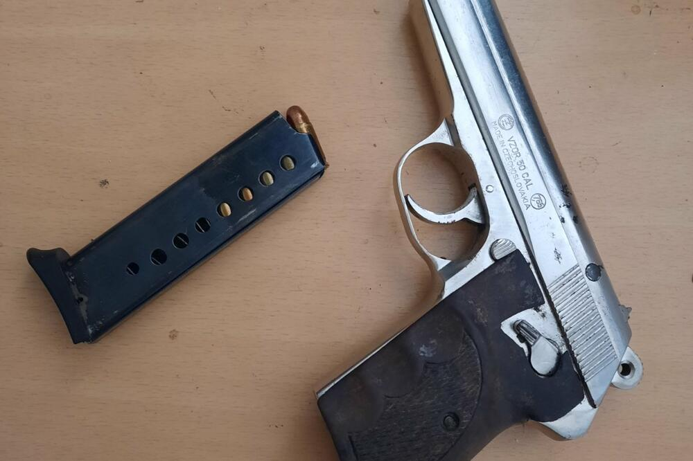 Oduzet pištolj, Foto: Uprava policije