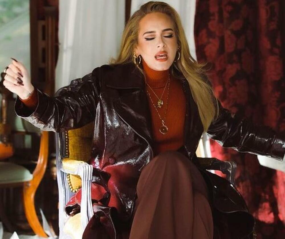 U novom spotu: Adel nosi najpopularniji mantil ove jeseni