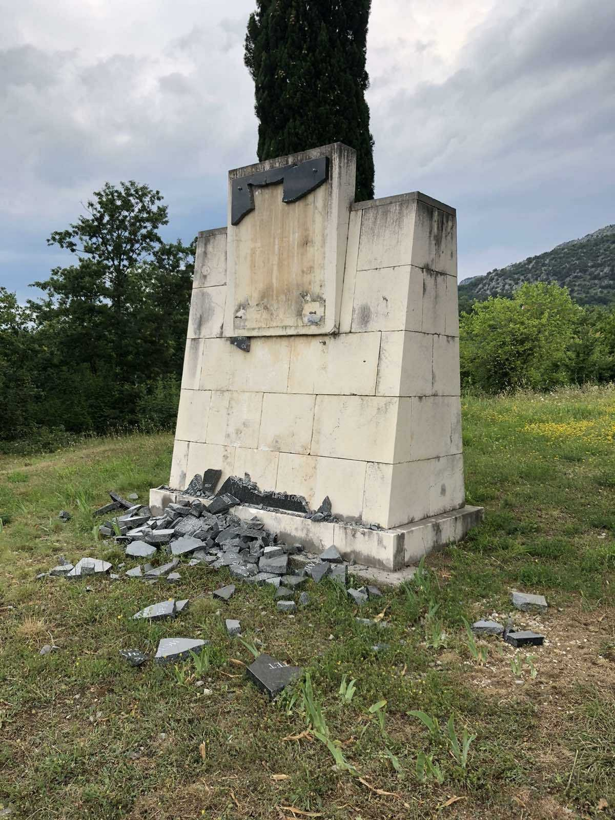 Oskrnavljen Spomenik Organizatorima Trinaestojulskog Ustanka Ga